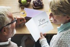 Älteres Paar-Jahrestags-Hochzeits-Überraschungs-Konzept Stockfotografie