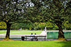 Älteres Paar sitzt auf einer Bank im Park des Hellbrunn-pala stockfoto