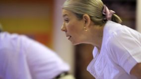 Älteres Paar spielt Bowlingspiel stock footage