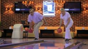 Älteres Paar spielt Bowlingspiel stock video footage