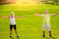 Älteres Paar tut körperliche Bewegung lizenzfreie stockfotos