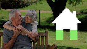 Älteres Paarfreien und -haus iocn füllendes Grün stock video