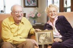 Älteres Paarholding-Hochzeitsfoto Lizenzfreie Stockfotos