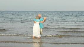 Älteres Paartanzen auf dem Strand stock footage