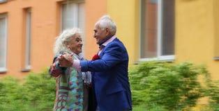 Älteres Paartanzen auf der Straße Walzer draußen Zutreffende Liebe Lizenzfreie Stockfotos