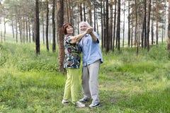Älteres Paartanzen in einem Sommerwald Stockfoto