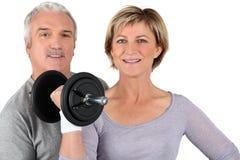 Älteres Paartraining in der Gymnastik stockfotografie