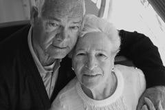 Älteres Paarumarmen lizenzfreie stockbilder