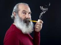 Älteres Porträt mit weißem Bart und Rohr Lizenzfreie Stockfotos