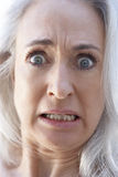 Älteres Portrait einer Frau, die entsetzt schaut Stockfotografie