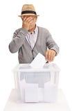 Älteres seinen Kopf im Unglauben wählen und halten Stockfotografie