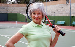 Älteres spielendes Tennis Stockfotos