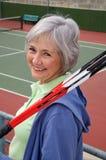 Älteres spielendes Tennis Stockbilder