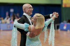 Älteres Tanzpaar von Kaplin Anatoly und von Zhudrik Ekaterina führt erwachsenes europäischer Standard-Programm durch Stockbild