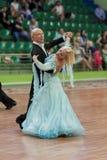 Älteres Tanzpaar von Kaplin Anatoly und von Zhudrik Ekaterina führt erwachsenes europäischer Standard-Programm durch Stockfotos