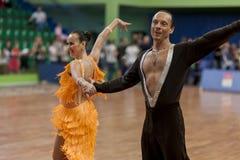 Älteres Tanzpaar von Zadruckiy Sergey und von Zadruckaya Tatjana führt erwachsenes lateinamerikanisches Programm durch Stockfotografie