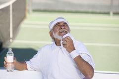 Älteres Tennis-Spieler-Abwischen geschwitzt mit Serviette Lizenzfreie Stockfotografie