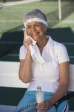 Älteres Tennis-Spieler-Abwischen geschwitzt mit Serviette Stockbild