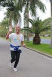 Älteres Vorbereiten für den Xiamen-Marathonlauf 2014 Stockfoto