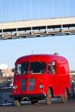 Älteres vorbildliches rotes Auto auf dem Flusspier lizenzfreie stockfotos