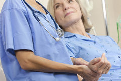 Älteres weibliches geduldiges Krankenhaus-Bett u. Frauen-Doktor Stockfotos