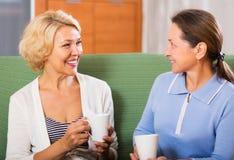 Älteres weibliches, Kaffeepause habend Lizenzfreies Stockfoto