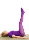 Älteres Yoga - doppelte Fahrwerkbein-Erhöhung Stockfotos