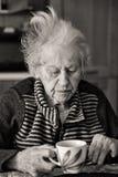 Älterwerden allein Stockfoto
