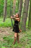 Älva för ung dam med en lång pilbåge Arkivfoto