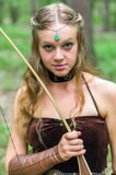 Älva för ung dam med en lång pilbåge Royaltyfri Fotografi