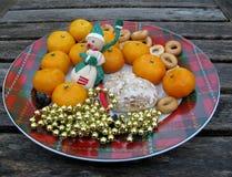 Älva, mandariner, ljust rödbrun kaka, baglar och xmas-garnering Royaltyfri Fotografi