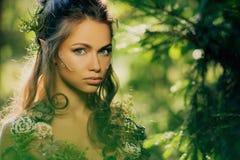 Älvakvinna i en skog royaltyfria bilder