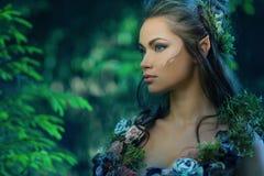 Älvakvinna i en skog Royaltyfri Foto