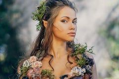 Älvakvinna i en skog arkivbild