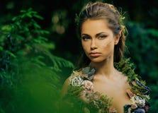 Älvakvinna i en skog arkivfoton