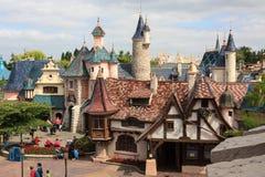 Älvornas rike med den lilla byn, slott Royaltyfri Fotografi