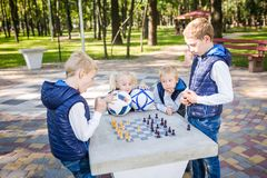 Ämnebarnen som lär, logisk utveckling, mening och matematik, felräkningflyttningframflyttning syskongrupper för stor familj royaltyfri foto
