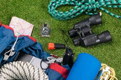 Ämnen för affärsföretagturism och rekreation ligger på en grön gräsmatta Arkivfoto