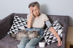 Ämnet är mycket åldringen och hälsoproblem En hög Caucasian kvinna, 90 år som är gamla, med skrynklor och grått hår arkivbilder
