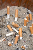 änd cigaretten arkivbilder