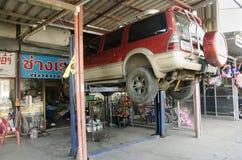 Ändern Berufsreparatur und -wartung des thailändischen Mechanikers bewegungsöl und überprüfen Verfügbarkeit des Autos Lizenzfreie Stockfotografie