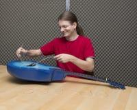 Ändern der Gitarrenschnüre Lizenzfreies Stockbild
