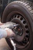 Ändern der Reifen in der Reparaturwerkstatt Stockfoto
