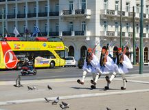 Ändern der zeremoniellen Ausleseinfanterie Evzones nahe dem Parlament in Athen, Griechenland am 23. Juni 2017 Lizenzfreie Stockfotos