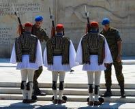 Ändern der zeremoniellen Ausleseinfanterie Evzones nahe dem Parlament in Athen, Griechenland am 23. Juni 2017 Stockbilder