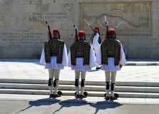 Ändern der zeremoniellen Ausleseinfanterie Evzones nahe dem Parlament in Athen, Griechenland am 23. Juni 2017 Lizenzfreie Stockfotografie