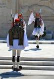 Ändern der zeremoniellen Ausleseinfanterie Evzones nahe dem Parlament in Athen, Griechenland am 23. Juni 2017 Stockfoto