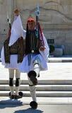 Ändern der zeremoniellen Ausleseinfanterie Evzones nahe dem Parlament in Athen, Griechenland am 23. Juni 2017 Stockfotografie