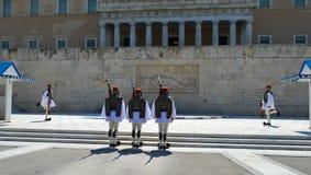 Ändern der zeremoniellen Ausleseinfanterie Evzones nahe dem Parlament in Athen, Griechenland am 23. Juni 2017 Stockbild
