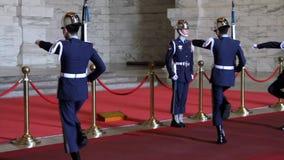 Ändern des Schutzes bei Chiang Kai-Shek Memorial Hall HD stock video